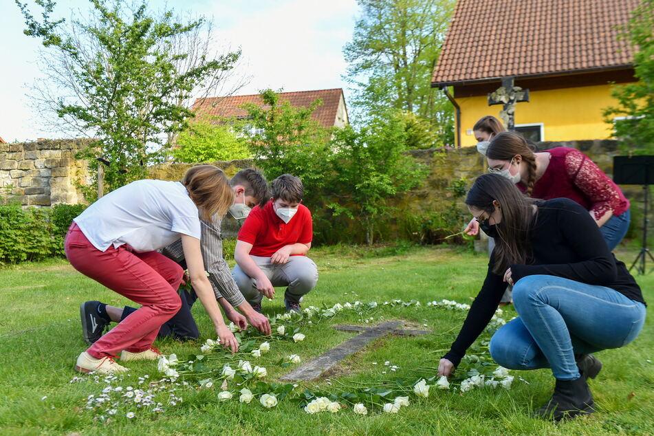 Schüler des Landesgymnasiums St. Afra legten genau 117 Rosen nieder.