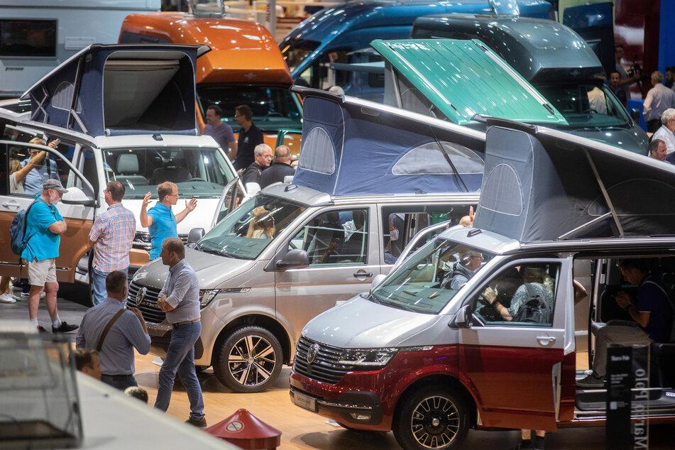 Besucher auf der Caravan Salon in Düsseldorf.