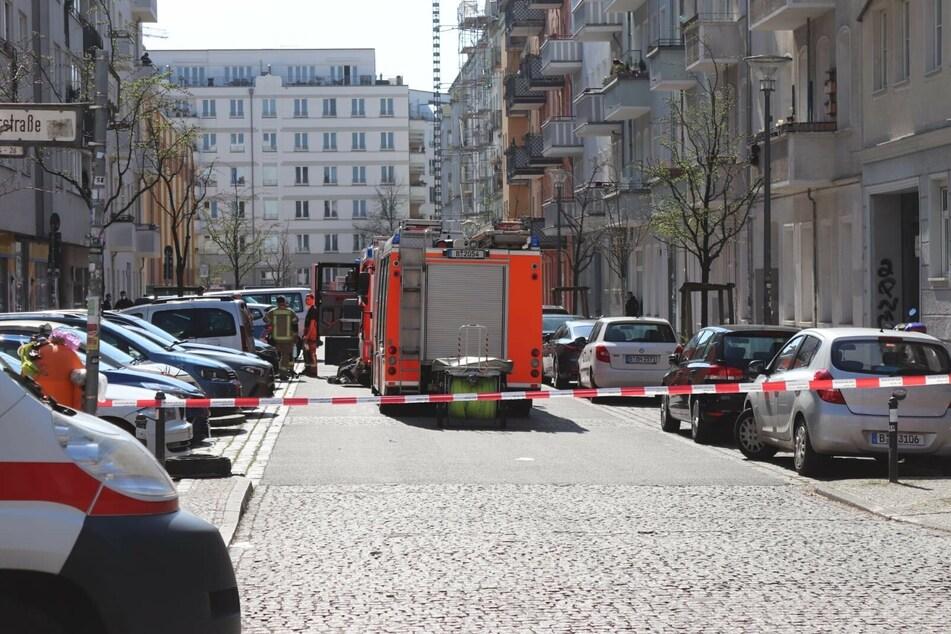 In Berlin-Friedrichshain ist ein Feuer in einem fünfstöckigen Wohnhaus ausgebrochen.