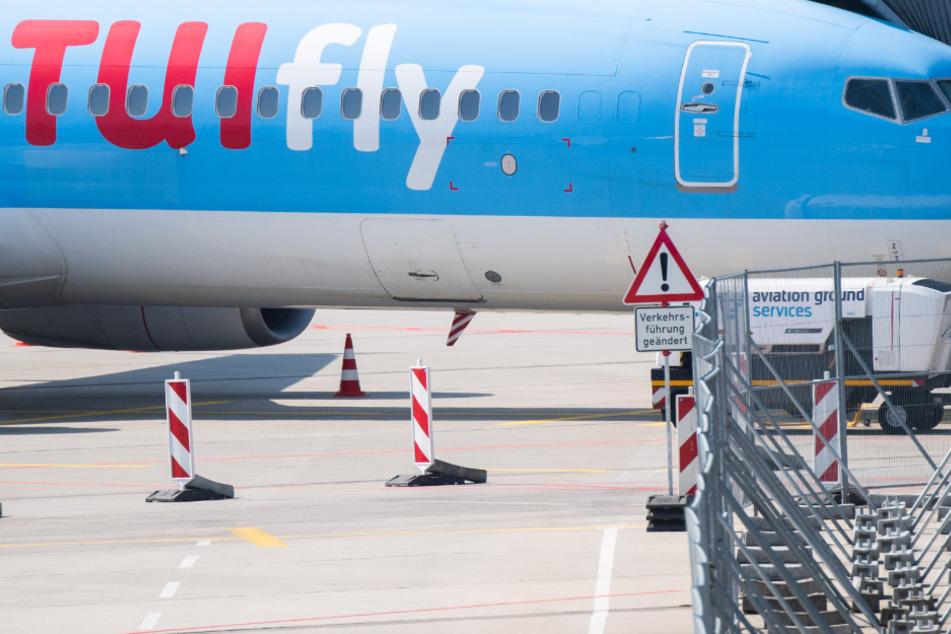 Ein Flugzeug von Tui parkt am Flughafen Hannover.