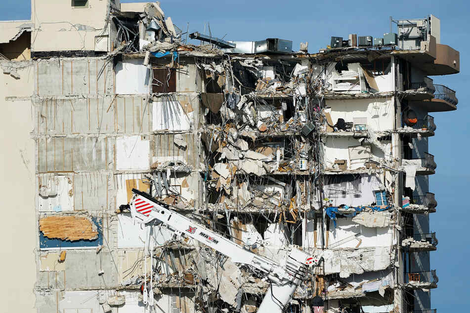 Schwere Maschinen stehen vor dem noch stehenden Teil des Champlain Towers South Condo Gebäudes, welches vor einer Woche einstürzte.