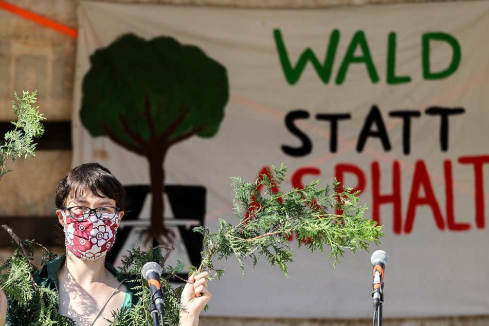 Umwelt-Aktivisten wollen den Ausbau der Autobahn 49, die Kassel und Gießen verbinden soll, verhindern.