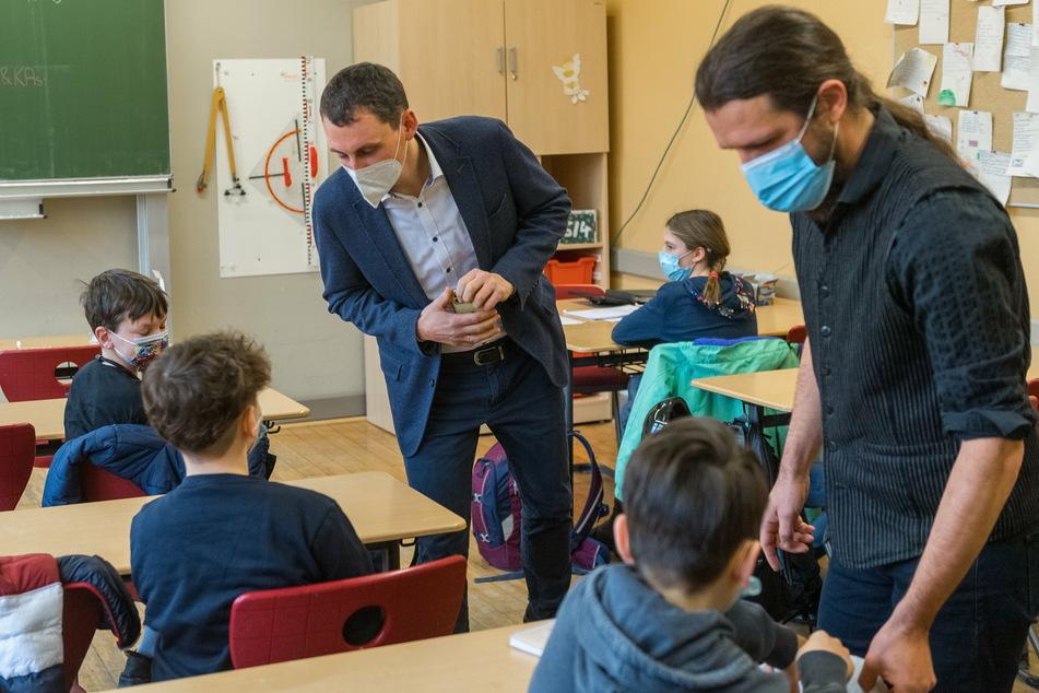 Zwei Lehrkräfte überprüfen die Ergebnisse der Corona-Selbsttests der Schüler. Das Testkonzept stößt bei vielen Eltern auf Kritik.