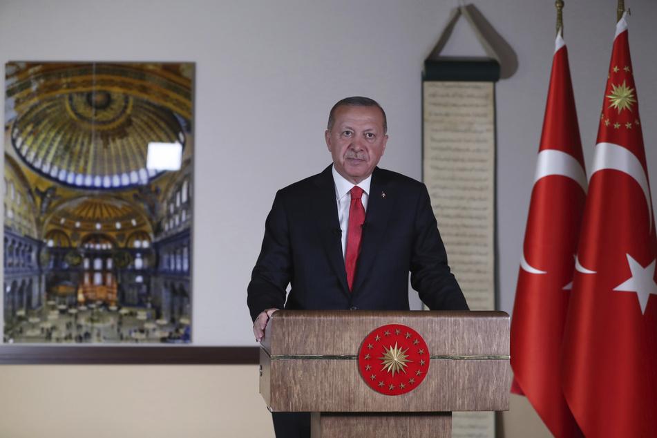 Recep Tayyip Erdogan hält neben eines Fotos der Hagia Sophia eine Fernsehansprache an die Nation. Nach dem Gerichtsentscheid über ihren Status soll die Hagia Sophia in Istanbul nach dem Willen des türkischen Präsidenten bereits in zwei Wochen als Moschee genutzt werden können.