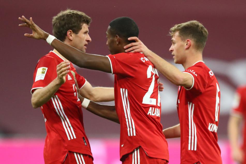 Thomas Müller (l-r), David Alaba und Joshua Kimmich jubeln nach der 1:0-Führung für die Bayern.
