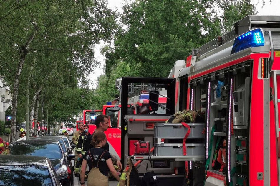 Die Feuerwehr ist am Dienstagnachmittag mit einem Großaufgebot zu einem Brand in Berlin-Wilmersdorf ausgerückt.