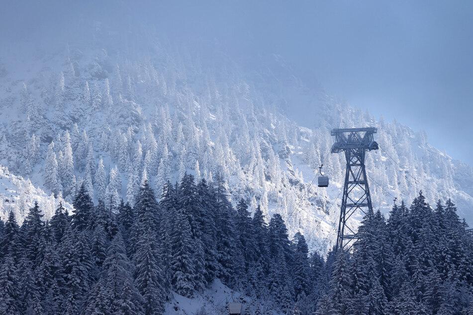 Eine Stütze der neuen Nebelhornbahn ragt zwischen den Bäumen hervor. Die Nebelhornbahn wurde erneuert.