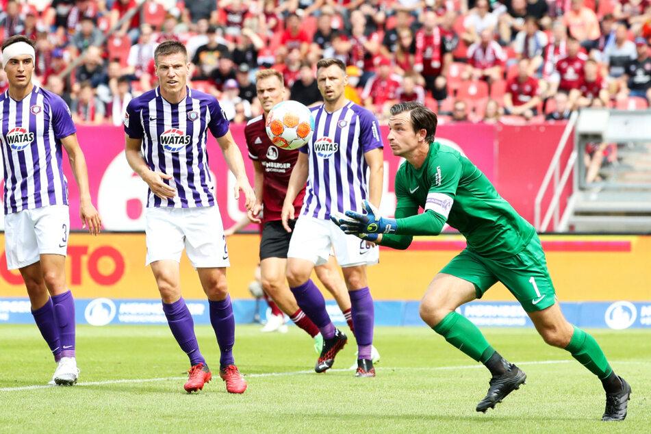 Aue-Keeper Martin Männel (33, r.) packte sicher zu und hielt gegen den 1. FC Nürnberg die Null.