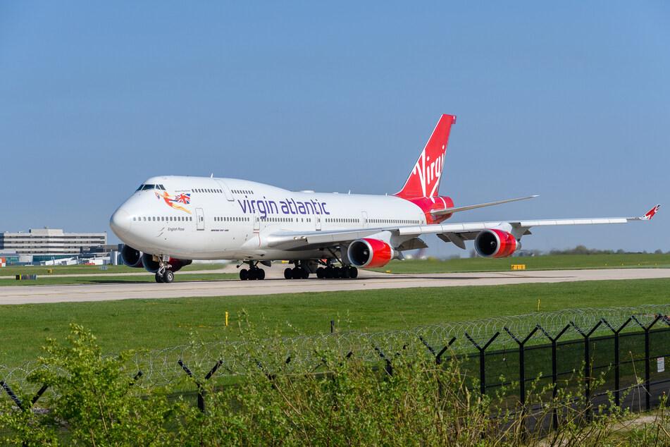 """Eine """"Virgin Atlantic""""-Maschine vom Typ Boeing 747 rollt am Flughafen von Manchester über das Vorfeld."""