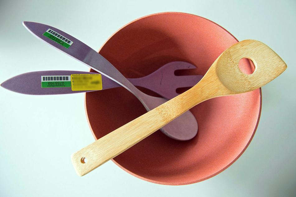 Beanstandetes Bambusgeschirr, das als ökologisch und umweltfreundlich beworben, jedoch unter Einsatz synthetischer Kunststoffe hergestellt wurde.