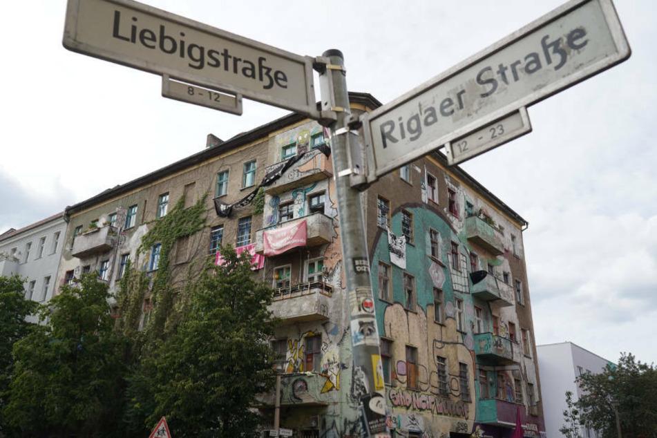 Das linksradikale Symbolhaus Liebigstraße 34 in Berlin-Friedrichshain soll am 9. Oktober geräumt werden. Die linksradikale Szene hat bereits Widerstand gegen die Zwangsvollstreckung angekündigt.