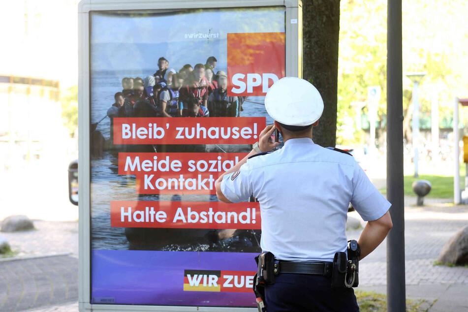 An verschiedenen Orten in Deutschland hingen gefälschte SPD-Plakate.