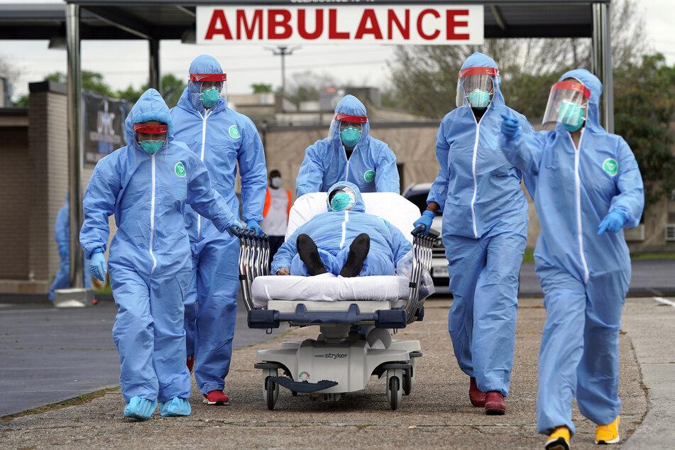 Ein Covid-Patient wird in der Anfangsphase der Pandemie 2020 in ein Krankenhaus in Houston gebracht.