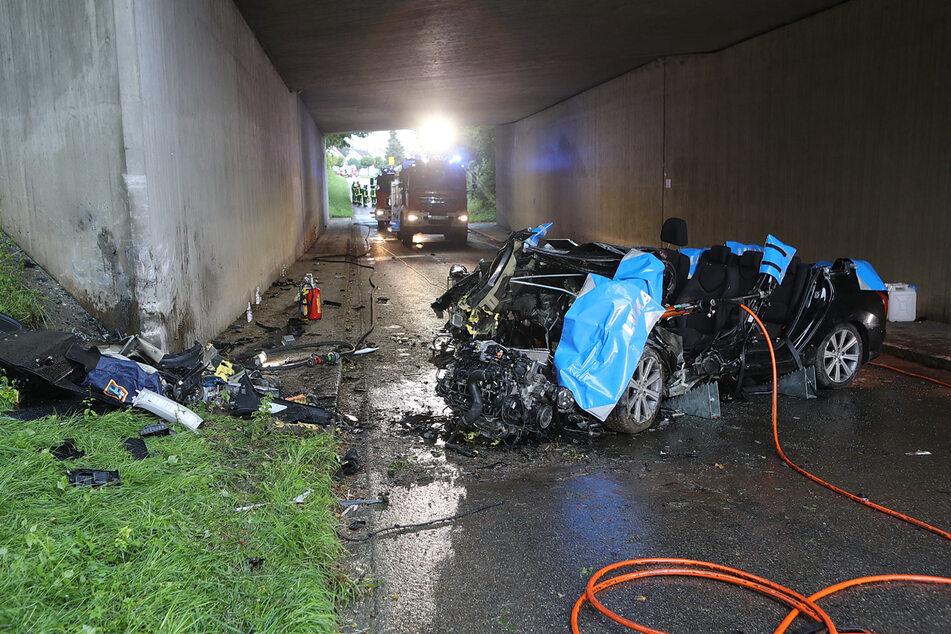 Der 42-jährige Fahrer starb trotz aller Bemühungen der Einsatzkräfte noch in seinem Fahrzeugwrack.