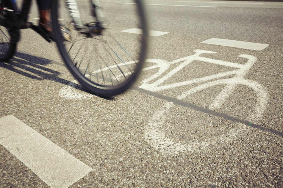 Schockmoment: Fahrradfahrerin von Steinkugel im Gesicht getroffen