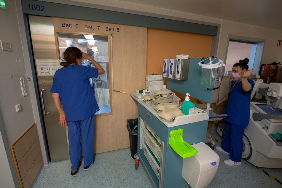 Krankenschwestern arbeiten auf einer Station, in der unter anderem positiv getestete Corona-Patienten in isolierten Intensivbett-Zimmern versorgt werden. (Symbolbild)
