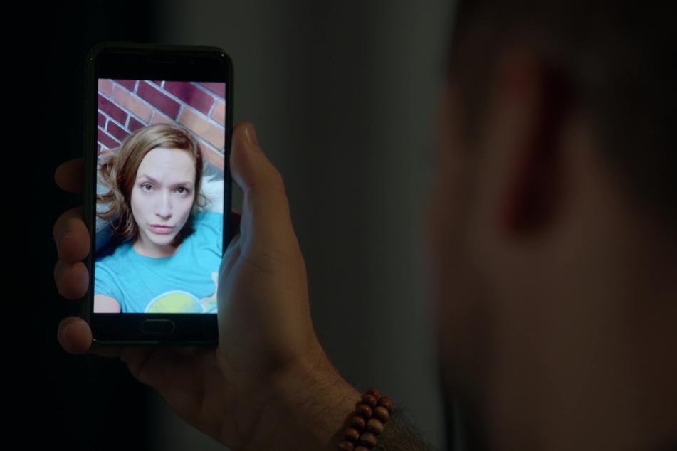 """Zunächst nur auf dem Handy-Bildschirm: Uta Kargel ist als """"Lena Bachmann"""" zurück bei GZSZ."""