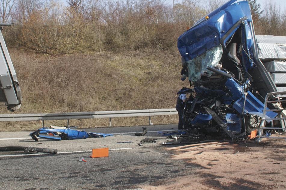 Unfassbar: Nach tödlichem Lkw-Crash auf Autobahn zücken Gaffer ihre Handys!