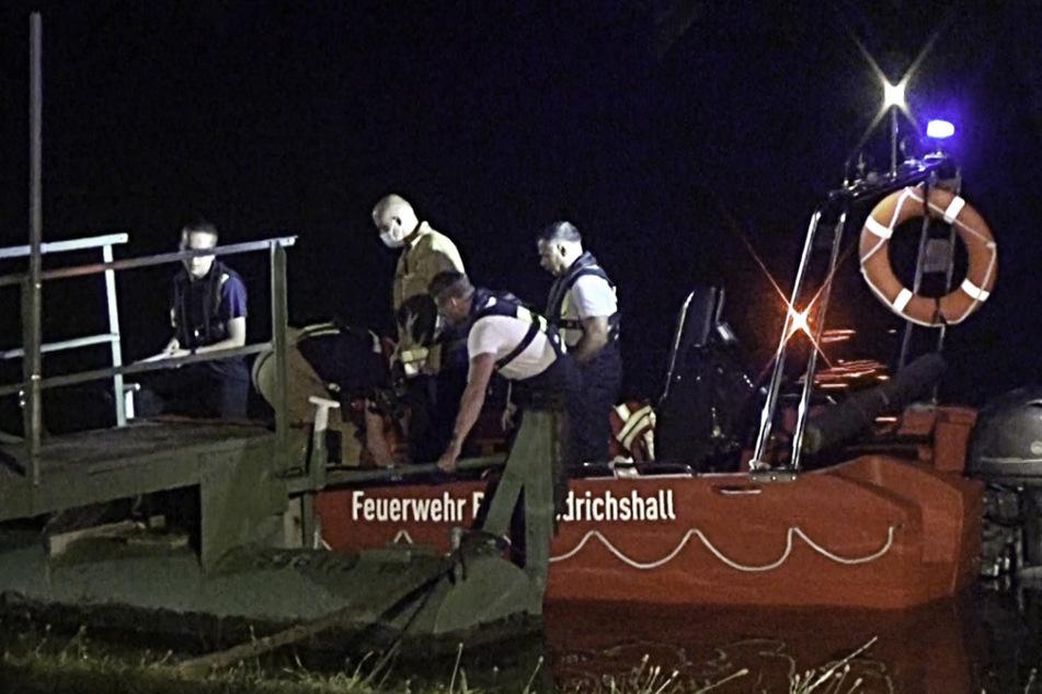 Die Feuerwehr sucht nach dem vermissten Schwimmer.