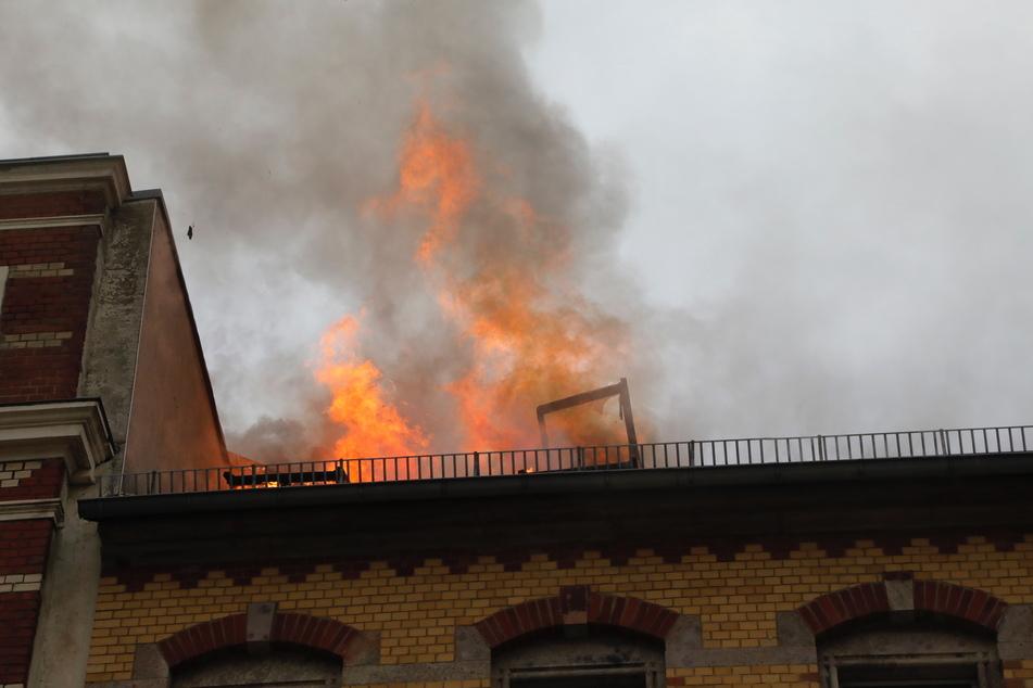 Die Flammen schlagen meterhoch aus dem Dach.