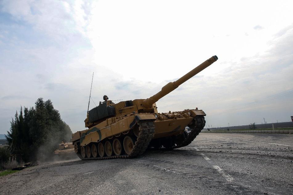 Ein Leopard 2A4 der türkischen Armee ist in der Provinz Hatay, Türkei, auf dem Weg nach Afrin in Syrien. Die Türkei hat 2019 Kriegswaffen für 344,6 Millionen Euro aus Deutschland erhalten.