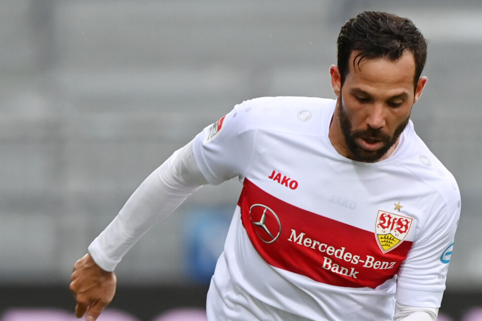 Der neue Kapitän Gonzalo Castro (33) des VfB Stuttgart am Ball. Trainer Pellegrino Matarazzo setzt ihn dennoch nicht automatisch in der Startelf ein.