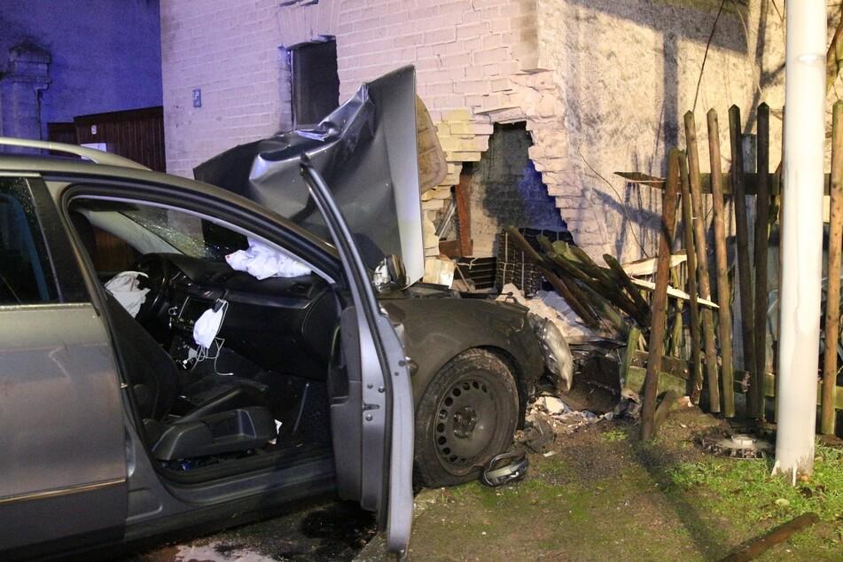 Fahrer (36) kracht mit Auto gegen Hauswand und wird schwer verletzt