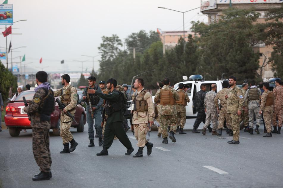 Afghanischen Sicherheitskräfte untersuchen den Ort eines Bombenanschlags.