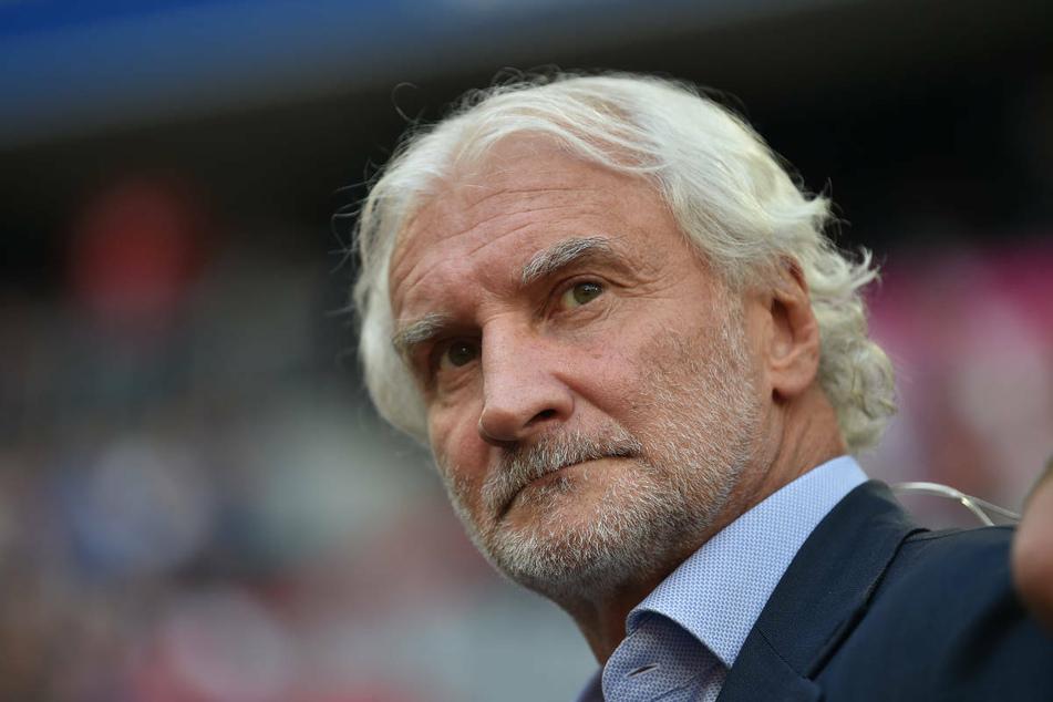 Bayer Leverkusens Geschäftsführer Rudi Völler beobachtet Edin Terzic ebenfalls.