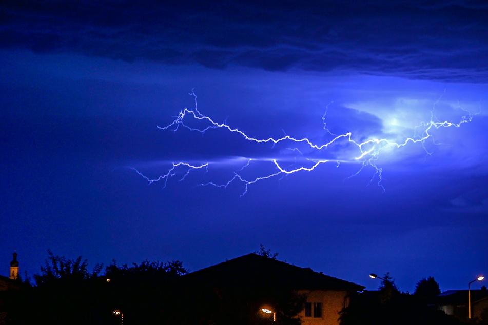 Blitze entladen sich am 22. Juni am Nachthimmel über Grasbrunn in Bayern.