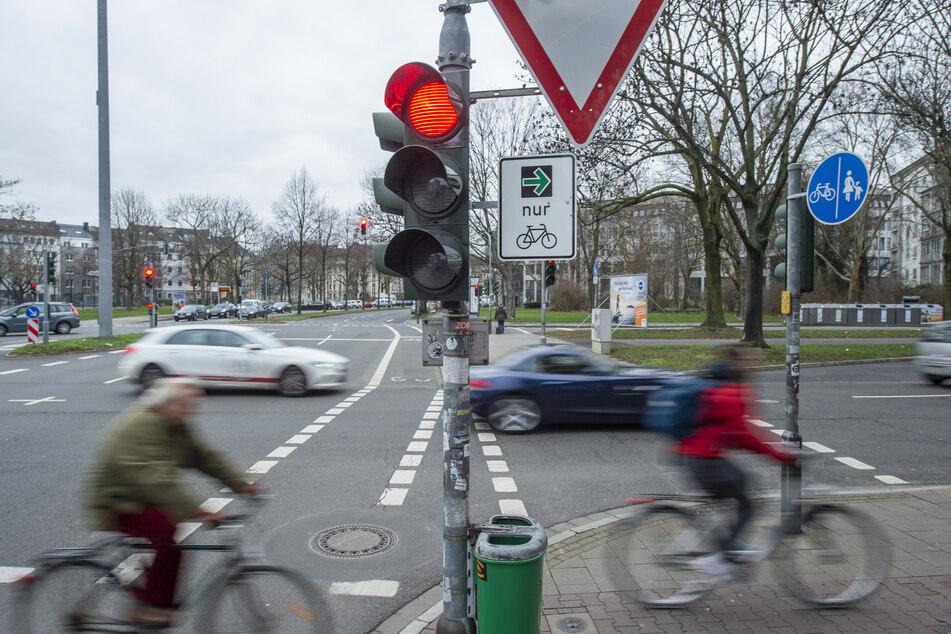 Berauschter Fahrradfahrer wird auf Auto geschleudert