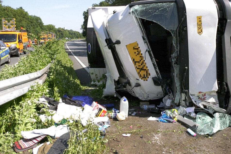 Der Lastwagen wurde bei dem Unfall schwer beschädigt, die A67 musste stundenlang gesperrt werden.