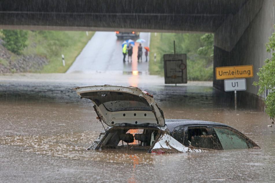Unterwasserfahrt: Die Feuerwehr musste in Glauchau-Höckendorf ein älteres Paar aus diesem Auto retten.