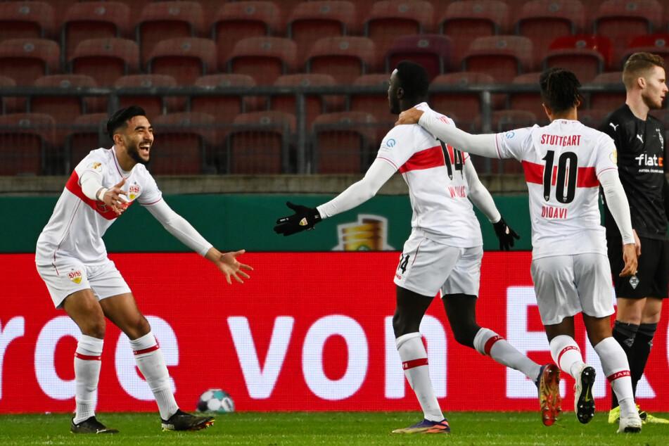 Nicolas Gonzalez (l.) und Daniel Didavi (r.) bejubeln das 1:0 für den VfB durch Silas Wamangituka (M.).