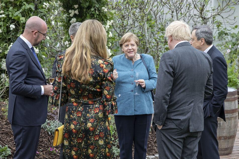 Angela Merkel (66, M) in einer Runde mit weiteren G7-Staats- und Regierungschefs.