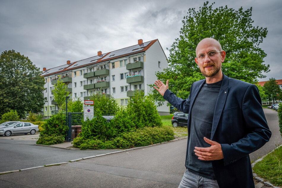 Die Chemnitzer Siedlungsgemeinschaft (CSG) hat erste Solardächer mit Mieterstrom. Unternehmenssprecher Christian Walther (34) zeigt eines der Objekte in der Alfons-Pech-Straße.