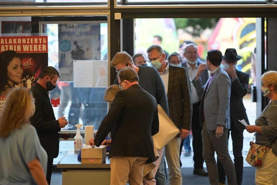 Schlange stehen vor der Stadthalle: Nur 200 Personen dürfen an der Präsentation der OB-Wahlergebnisse teilnehmen.