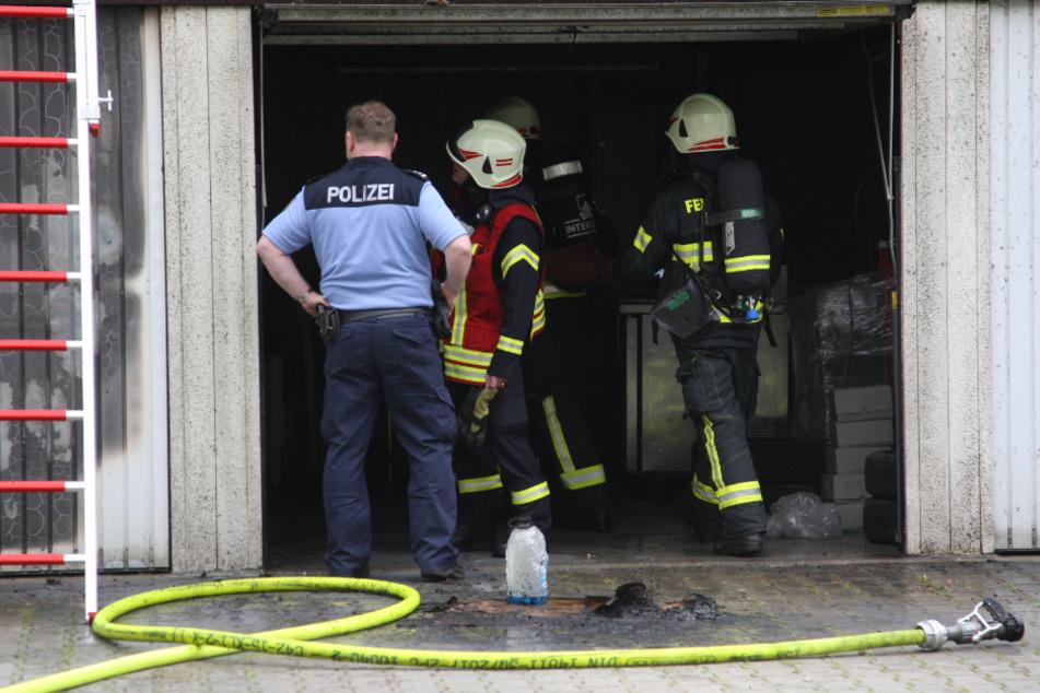 Durch den Brand wurde die Garage samt darin befindlicher Gegenstände in Mitleidenschaft gezogen.