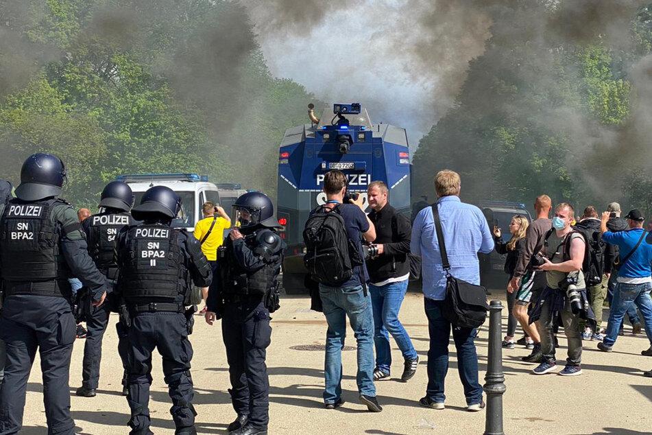 Polizisten in schwerer Montur sorgen dafür, dass die Fans nicht zum Stadion gelangen.