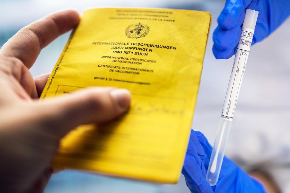Lockerungen treten in Kraft: Was Geimpfte und Genesene jetzt wieder dürfen!