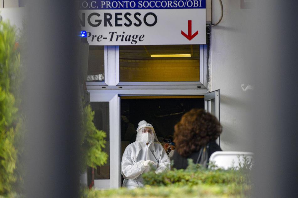 Medizinisches Personal in Schutzkleidung steht in der Notaufnahme des Cardarelli-Krankenhauses an der Triage-Einteilung.