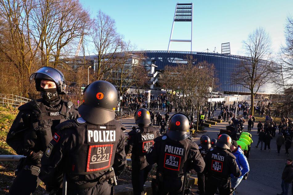 Polizeikräfte sichern den Eingang zum Gästeblock am Weserstadion. Das Nordderby zwischen Werder Bremen und dem Hamburger SV sorgt auch bei der Polizei in Bremen für Aktivität. (Archivfoto)