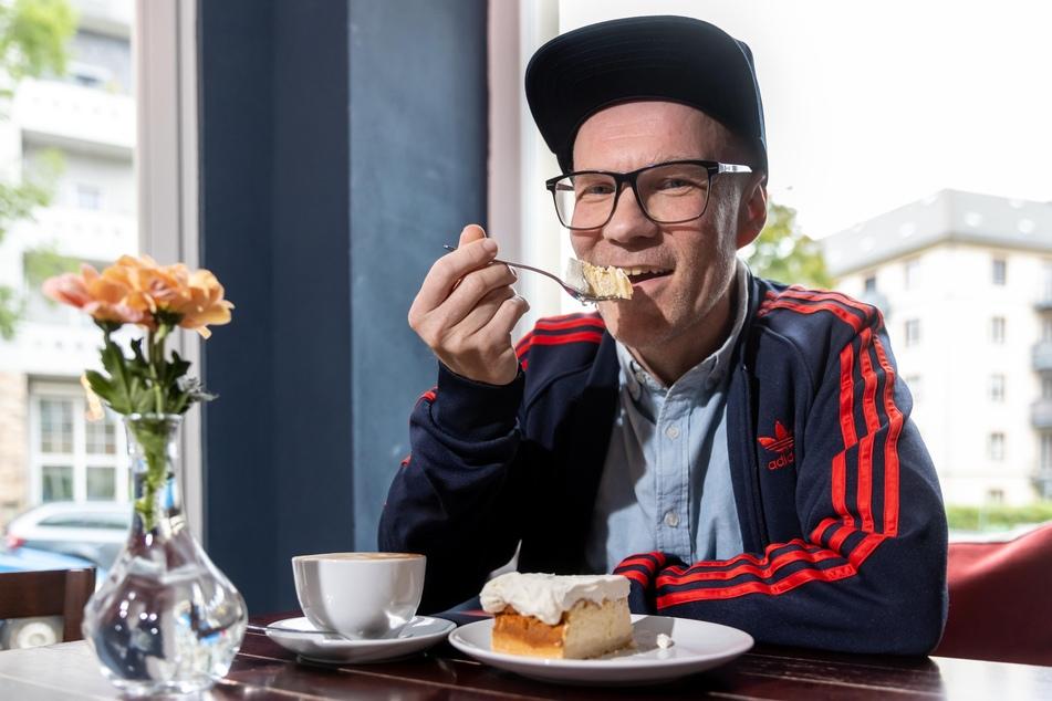 """DJ Dirk Duske (51) mit seinem Lieblingskuchen bei """"Emmas Onkel""""."""