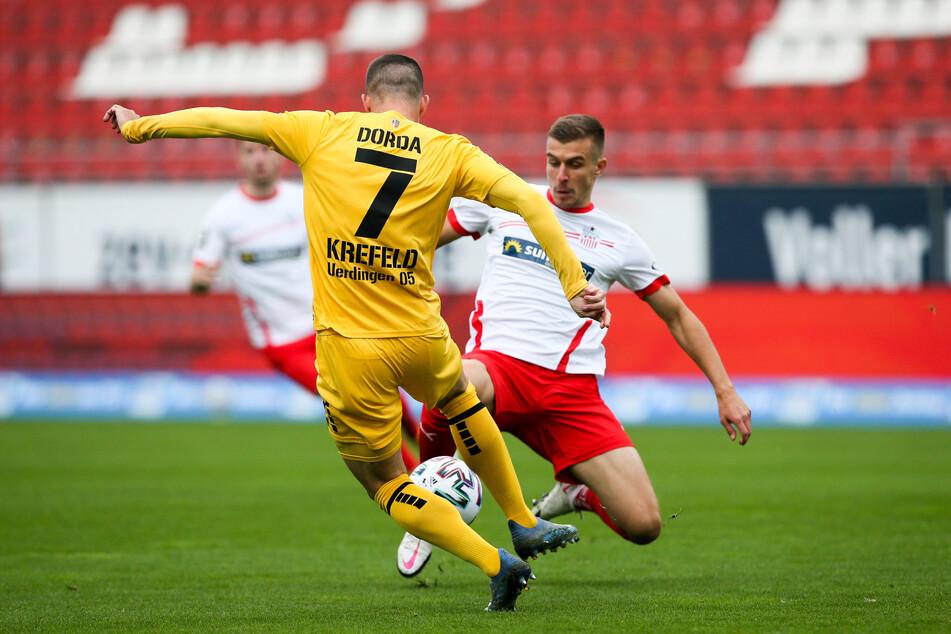 Maurice Hehne verpasst den Ball und erwischt Uerdingens Christian Dorda - dafür gab's Rot.