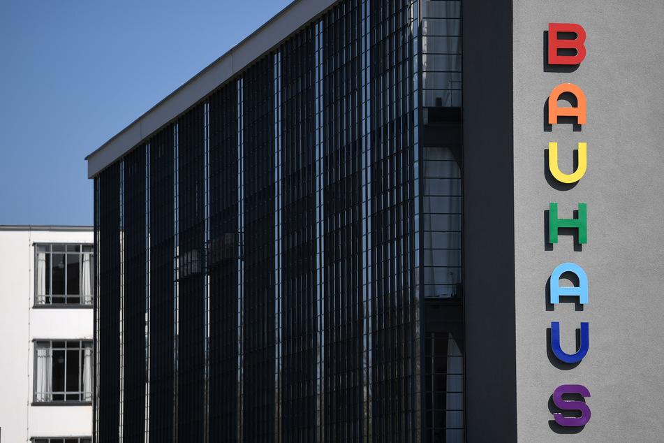 Der markante Bauhaus-Schriftzug an der Fassade des Bauhausgebäudes in Dessau-Roßlau leuchtet in bunten Farben.