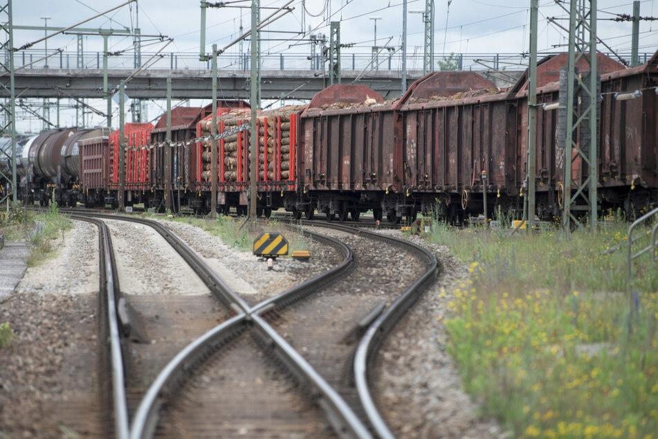 Ein Güterzug steht am Rangierbahnhof München-Nord.