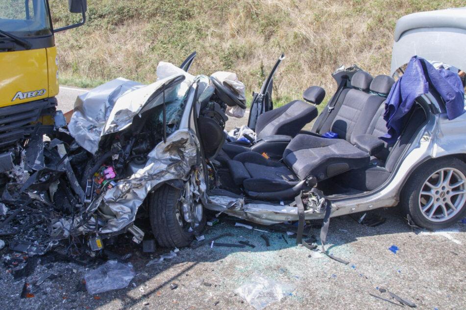Die beiden Insassen des Autos wurden bei dem Unfall schwer verletzt.
