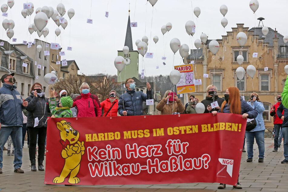 """Mit einer Luftballonaktion unter dem Motto """"5 vor Zwölf"""" haben zahlreiche Beschäftigte des vom Aus bedrohten Haribo-Werkes in Wilkau-Haßlau den Erhalt der Produktionsstätte gefordert."""