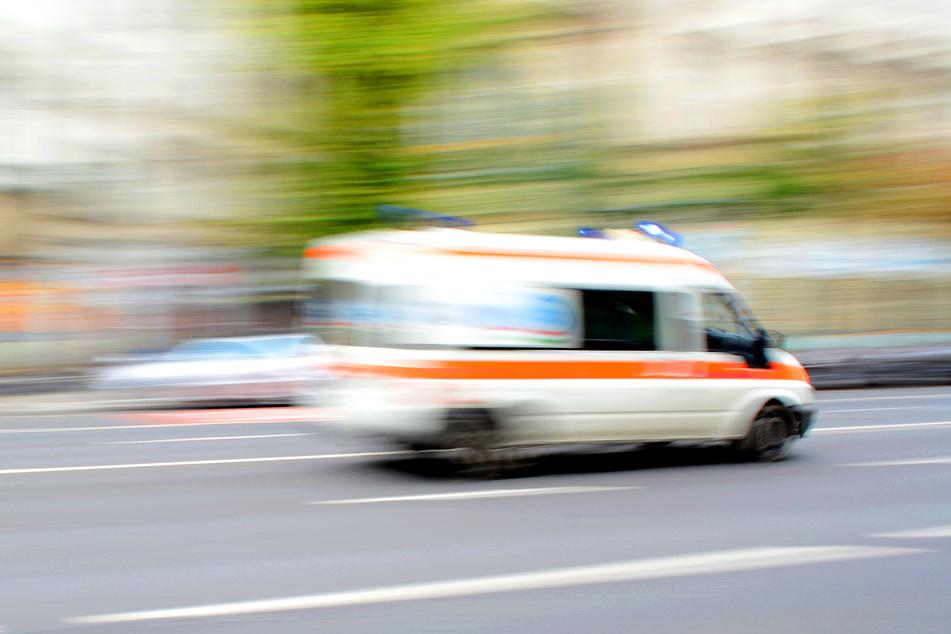Mit schweren Quetschungen wurde der Mann in ein Krankenhaus eingeliefert. (Symbolbild)