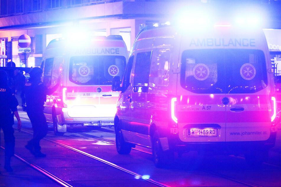 Rettungskräfte kümmerten sich nach dem Fenstersturz um die vier- und sechsjährigen Mädchen. (Symbolbild)